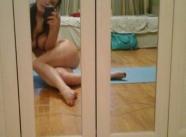 Jeune femme pose dans sa chambre