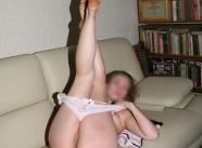 elle retire sa culotte sur le canapé en cuir