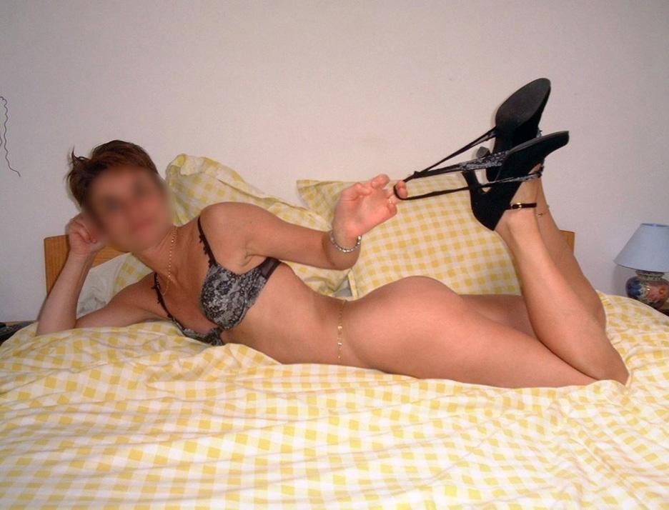 Femme nue en talon aiguille